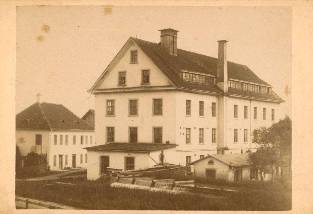 Rudolf Kastner mietete sich in den 1920er-Jahren in der Herrburger & Rhomberg Weberei Mittebrunnen in Dornbirn ein.  Foto um 1915   Stadtarchiv Dornbirn (198-2003-Mittebrunnen-Weberei-OrigStAD-BestHERO)