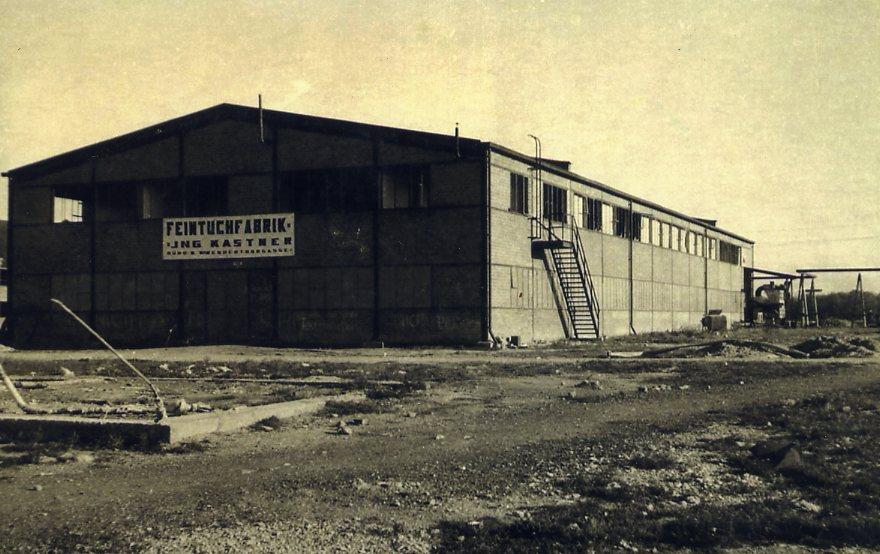 Am Laaerberg in Wien wurde 1945 eine zerbombte Industriehalle gekauft, wieder aufgebaut und als Feintuchfabrik Ing. Kurt Kastner eröffnet. Sie war spezialisiert auf Anzugstoffe.  Foto um 1947 zur Verfügung gestellt von Georg Kastner