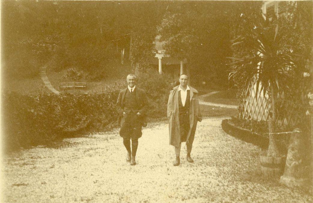 Rudolf Kastner mit seinem älteren Bruder Richard vor der Villa Falkenhorst. Dr. Richard Kastner war im Familienunternehmen Kastner & Öhler tätig und übernahm 1919 auch die Prokura der Baumwollspinnerei und-weberei Ing. Rudolf Kastner.  Foto 1919 zur Verfügung gestellt von Familie Dittrich