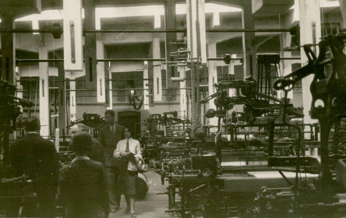 Betriebsbesuch (in der Mitte Gladys Dittrich) in der Baumwollweberei in Papa in Ungarn.  Foto o.J. zur Verfügung gestellt von Familie Dittrich
