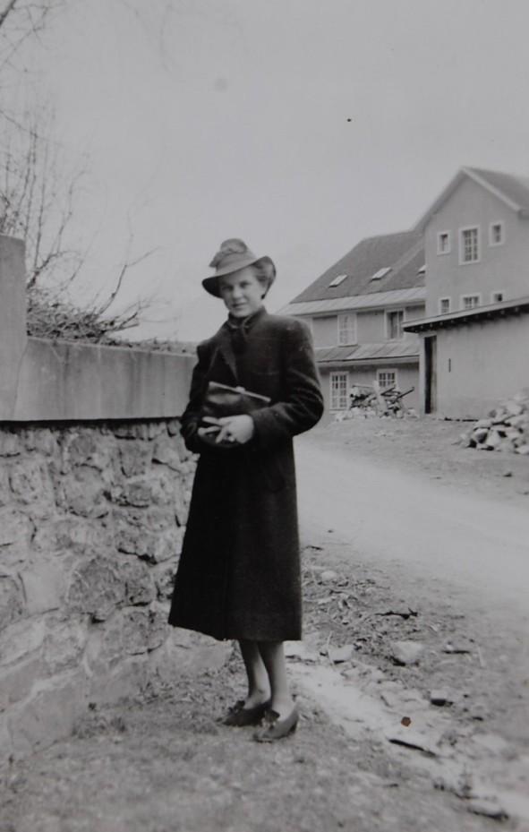 Frau Gerstgrasser an der Faschinastraße hinter der  Fabrik, um 1940 zur Verfügung gestellt von Christel Handlos