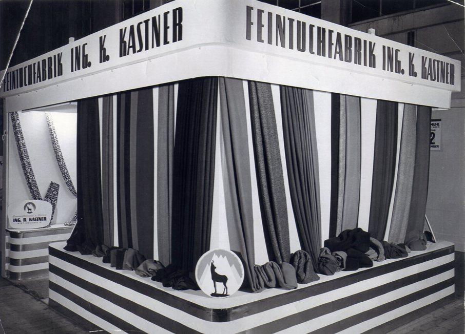 Messestand der Feintuchfabrik Ing. Kurt Kastner, die als Teil der Textilwerke Kastner ebenfalls die Gemse im Logo führte.  Foto um 1950 zur Verfügung gestellt von Georg Kastner