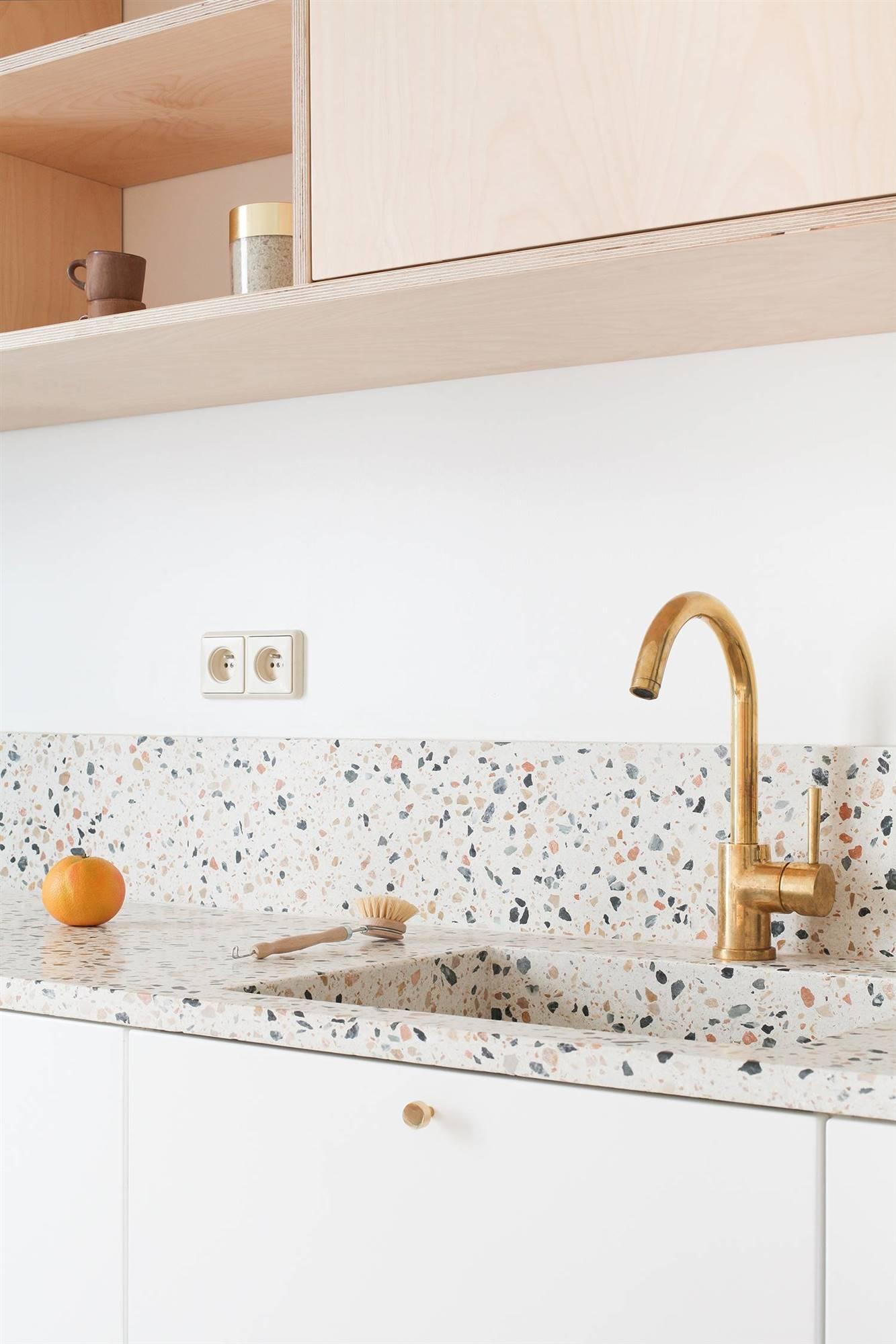 cocina-con-encimera-y-alzapanos-de-terrazo-en-tonos-rosas_09c9d029_1333x2000.jpg