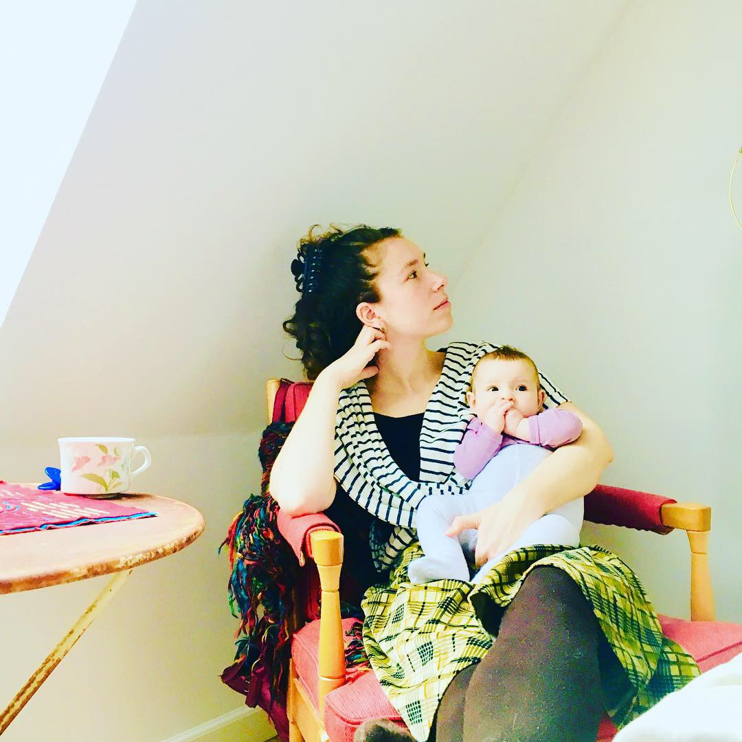 Olivia og hendes datter Ada Inga, i den røde stol I Laven.