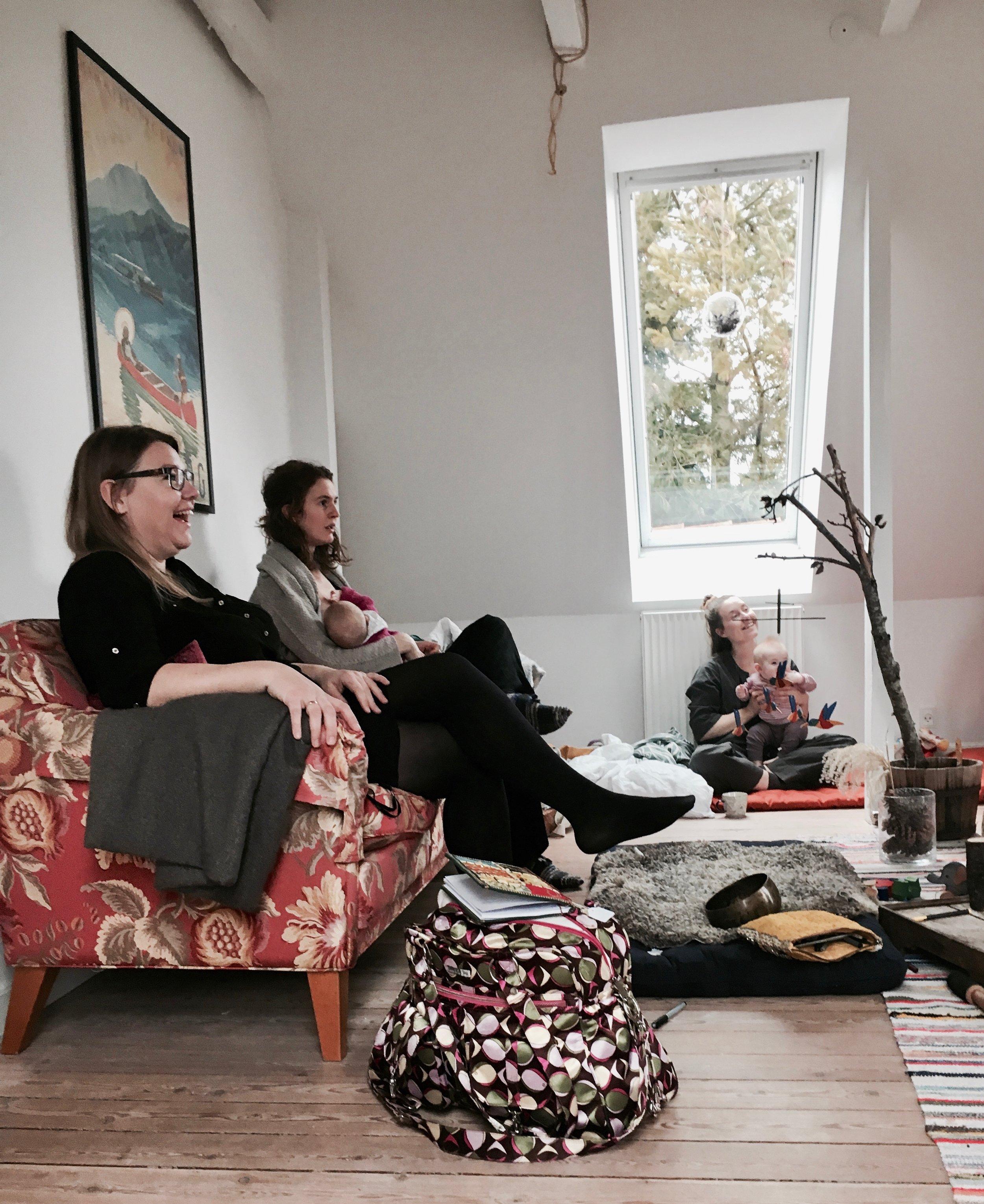 Tre mødre fra mødregruppen der lytter intenst til en fjerde mors fødselshistorie. Disse historier bringer altid noget forskelligt op i hver kvinde.