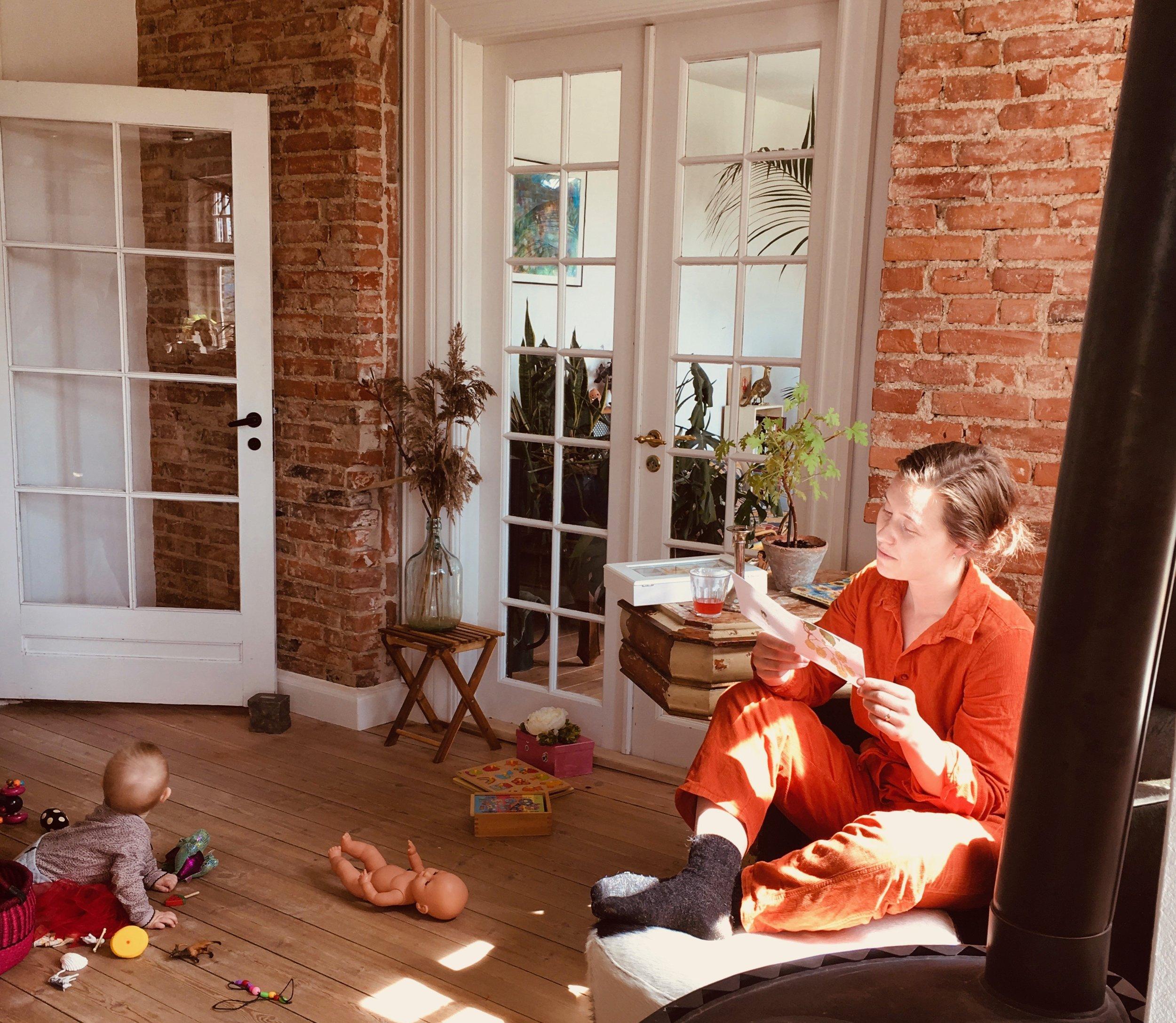 Maria med sit andet barn, Karen, i stuen i Laven hvor Mødre Mødes finder sted.