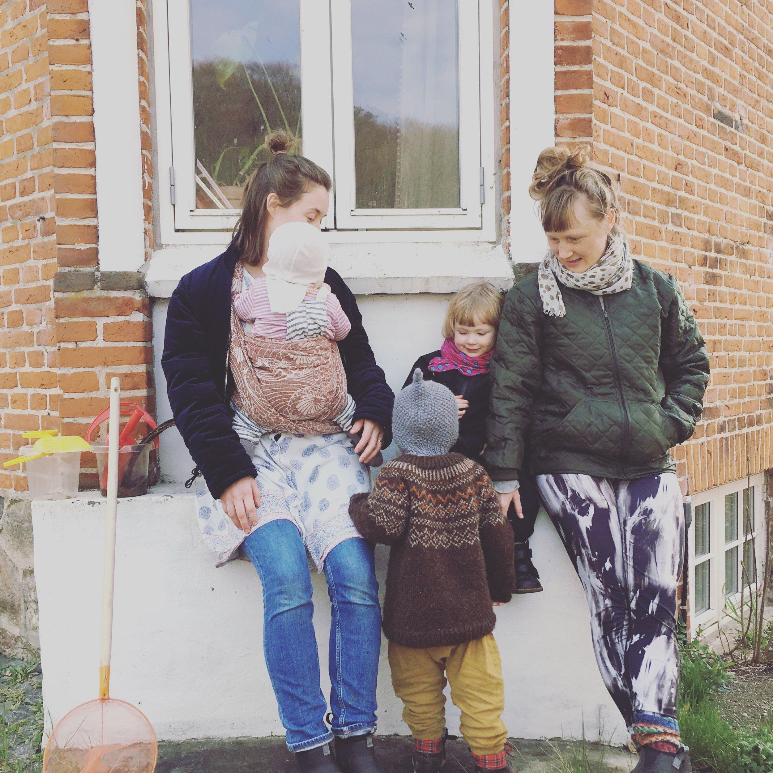 Maria sammen med sine to børn - og Lykke med sin datter - udenfor huset i Laven.