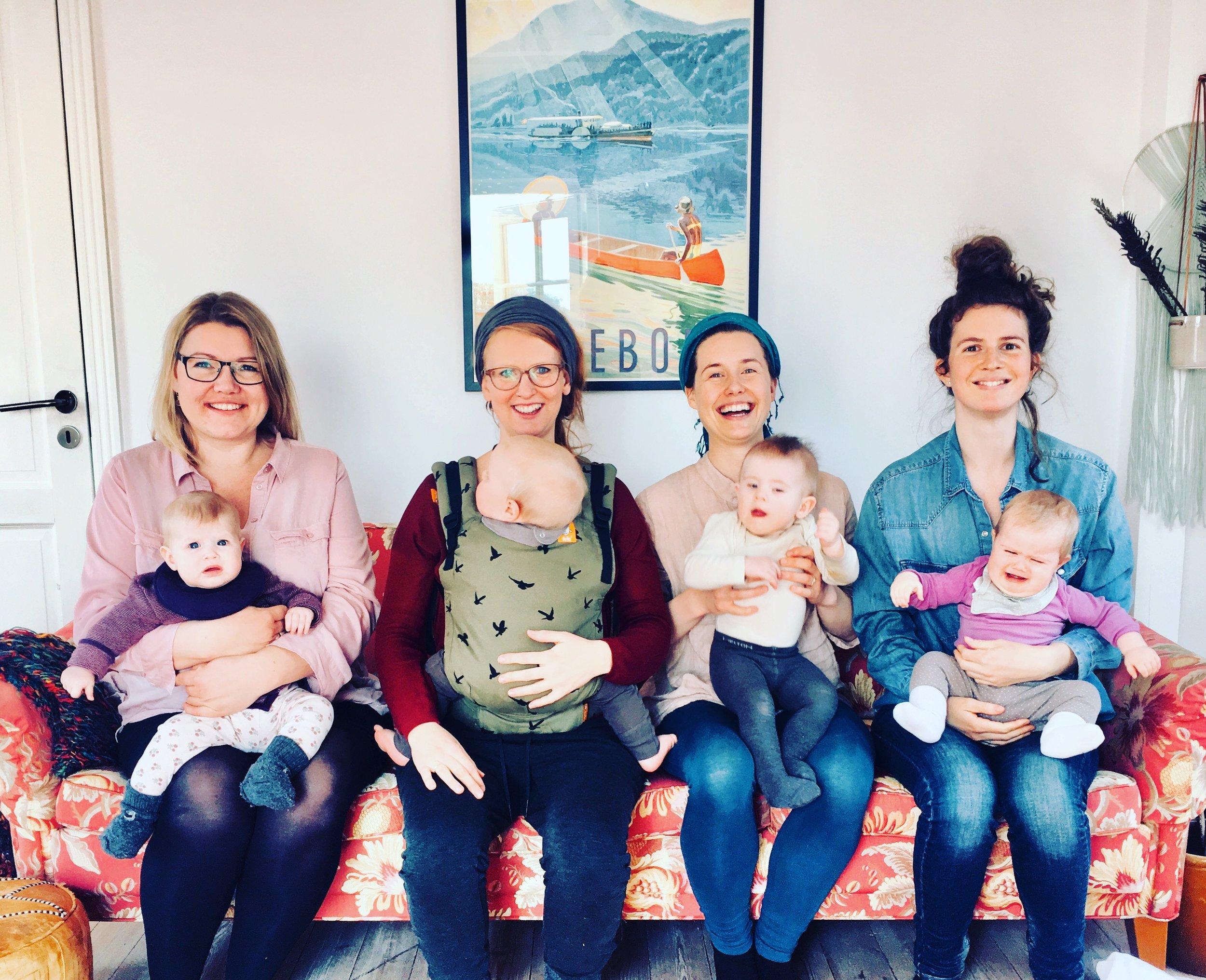 Maria med sin datter og tre andre mødre fra mødregruppen, Mødre Mødes.