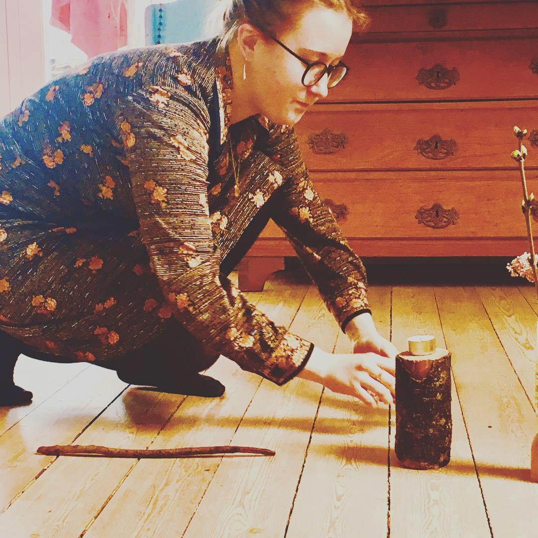 Kristina laver sit eget værdi-ritual i Mødre mødes rummet, i Laven.