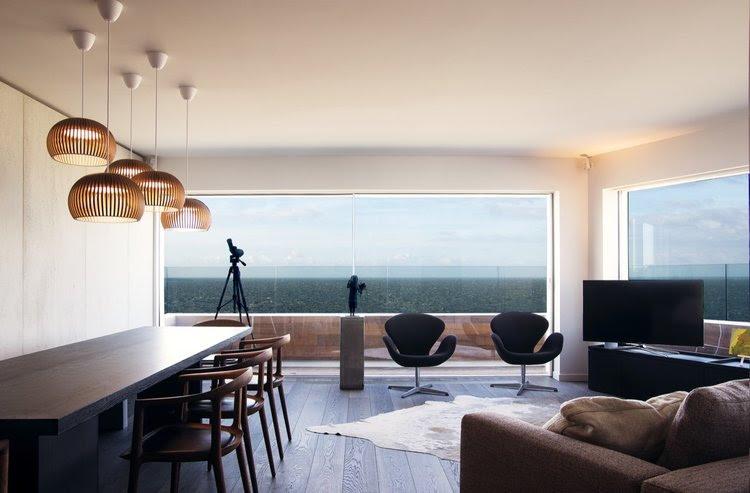 In dit hoekappartement in Knokke werd gekozen voor Orama schuiframen met minimale profielen om maximaal van het prachtige uitzicht te genieten. De vloer van het appartement gaat drempelloos over in het terras wanneer het schuifraam open staat. Het lijkt een detail, maar het maakt een wereld van verschil.