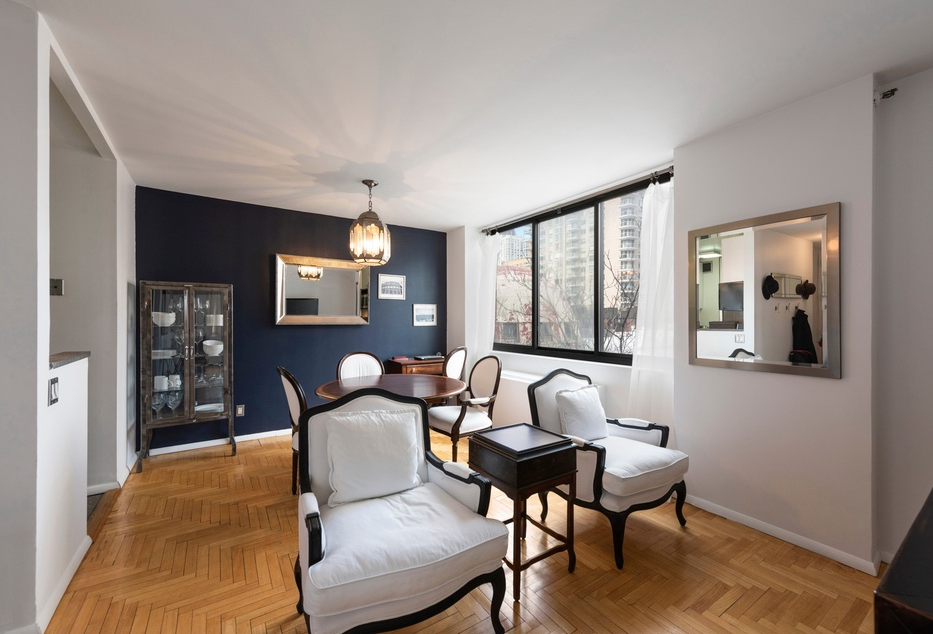 343 EAST 74TH STREET, 7B - $775,000 // 2 Beds // 1 Bath // 800 SQFTA quintessential New York City home with northern and western exposure, this bright convertible 2 bedroom, 1 bathroom corner unit boasts a private balcony, plenty of closet space, an in-unit washer/dryer, and a thoughtful open plan layout.