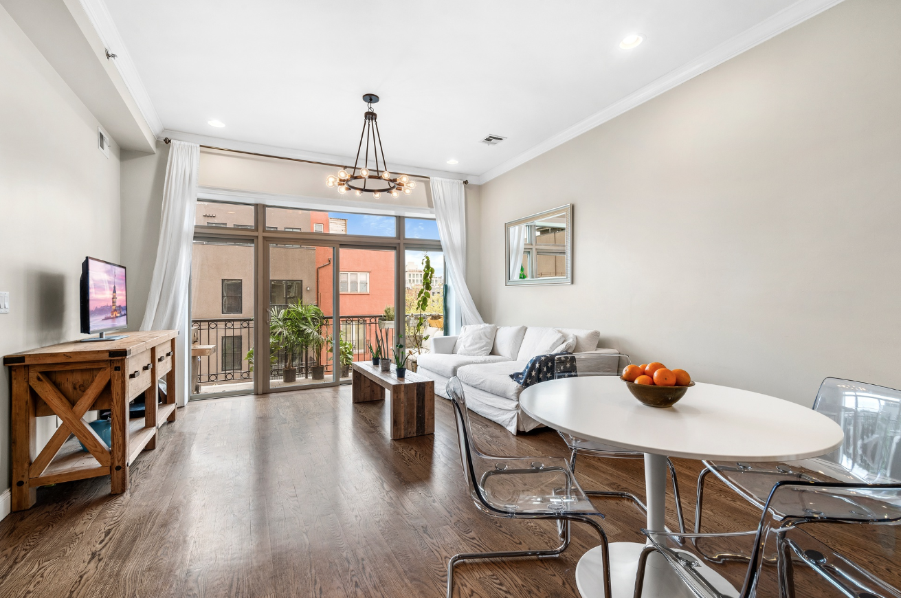 51 WOODHULL STREET, 3R - $1,125,000 // 4 Beds // 2 Baths // 1,038 SQFTA bright and airy two-bedroom, two-bathroom condominium with private outdoor space located in an elevator building in the heart of the Columbia Waterfront district.