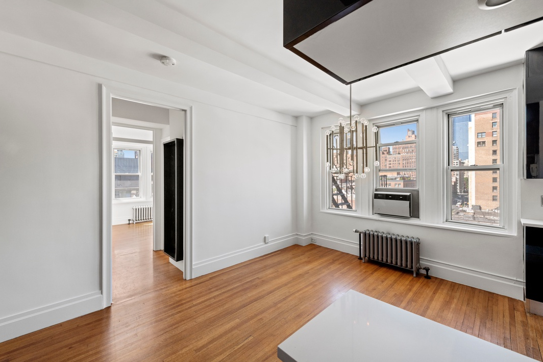 365 WEST 20TH STREET, 9C - $1,050,000 // 2 Beds // 1 Bath // 750 SQFTA charming, sun-blasted corner coop boasting panoramic Northern and Western exposures, this 2-Bedroom, 1-Bathroom home is the epitome of Chelsea living. Features of this spacious home are hardwood flooring, custom lighting and fixtures, a state-of-the-art stainless steel appliance package, custom cabinetry and stunning views of the NYC skyline including Hudson Yards, and the Empire State Building.