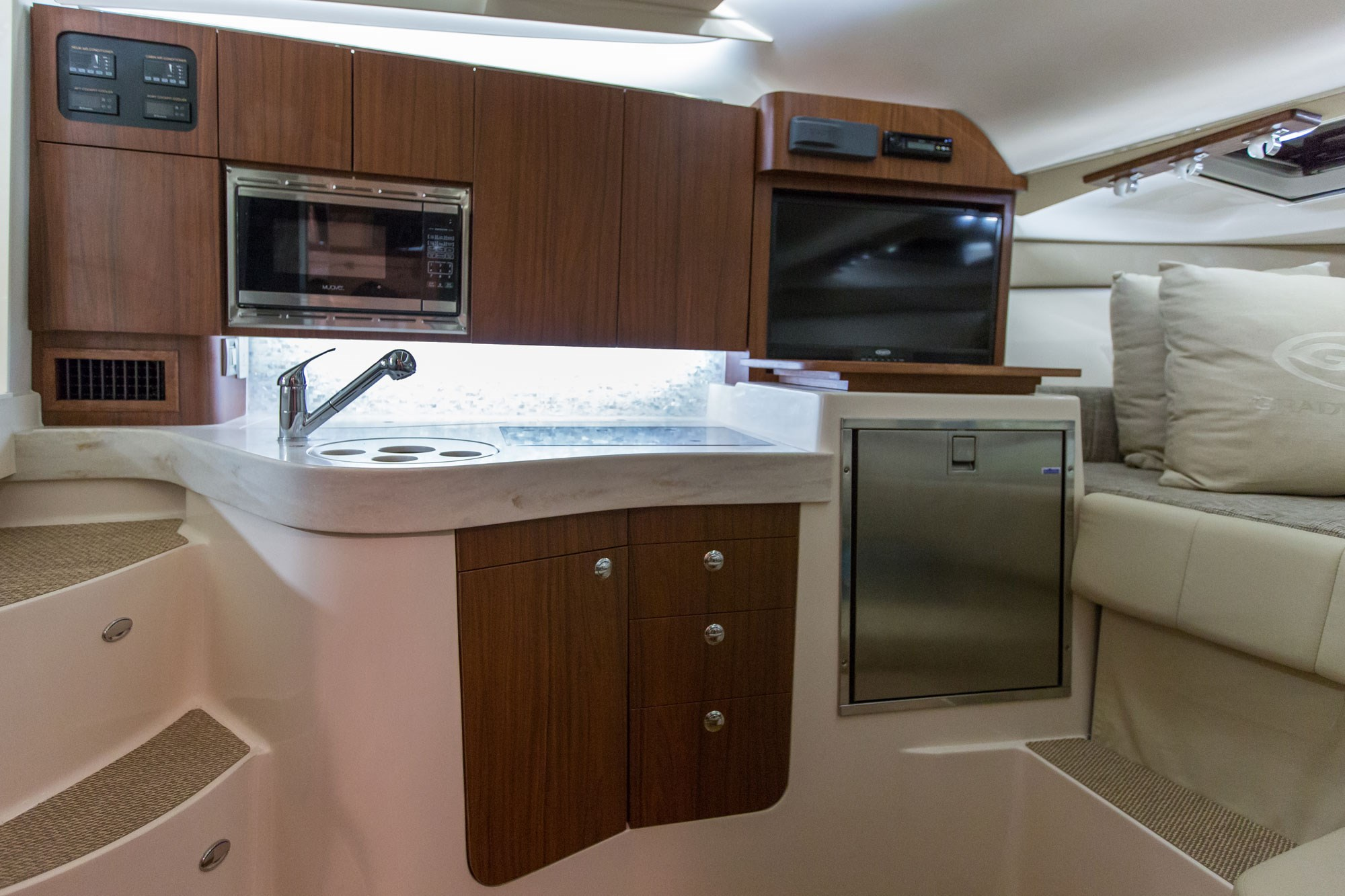 my17_330_galley.jpg