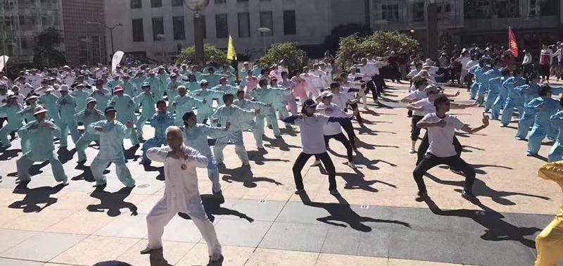 世界健身气功日在旧金山市联合广场举行,《宁和堂医武养生馆》在演练健身气功。