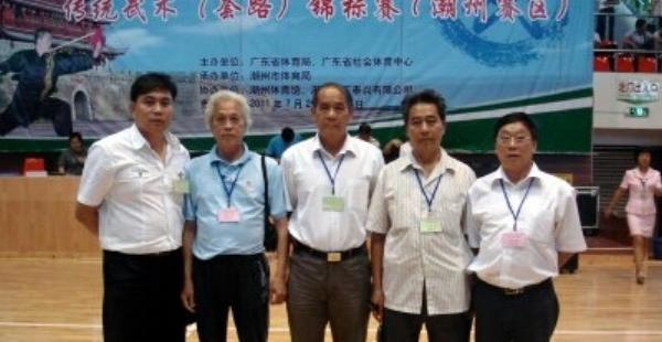 告别广东省传统武术锦标赛十年携手的裁判委员会与技术监督委员会合照。(2012年)