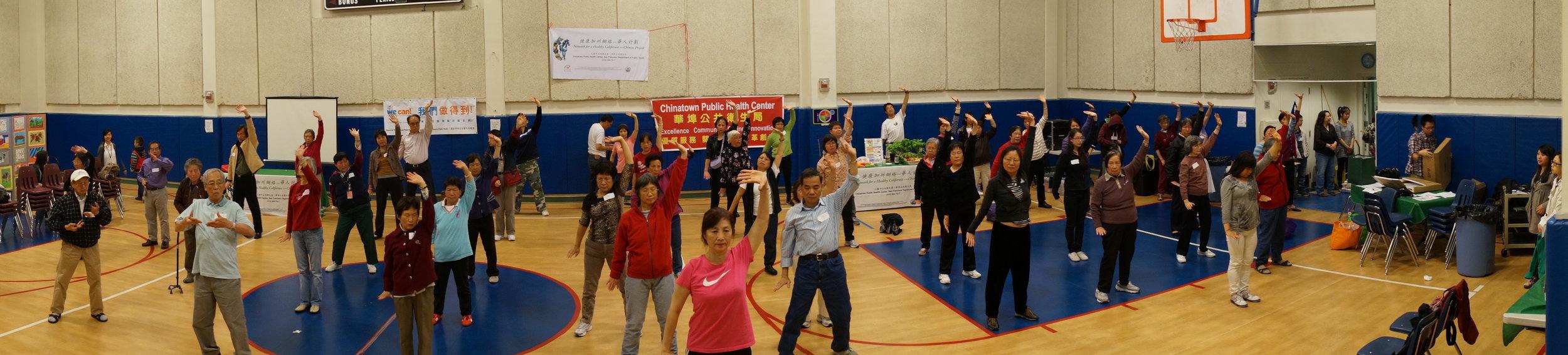 2015年,美国三藩市华埠卫生局举办员工健身气功培训版,邀请《宁和堂》周老师担任教练。