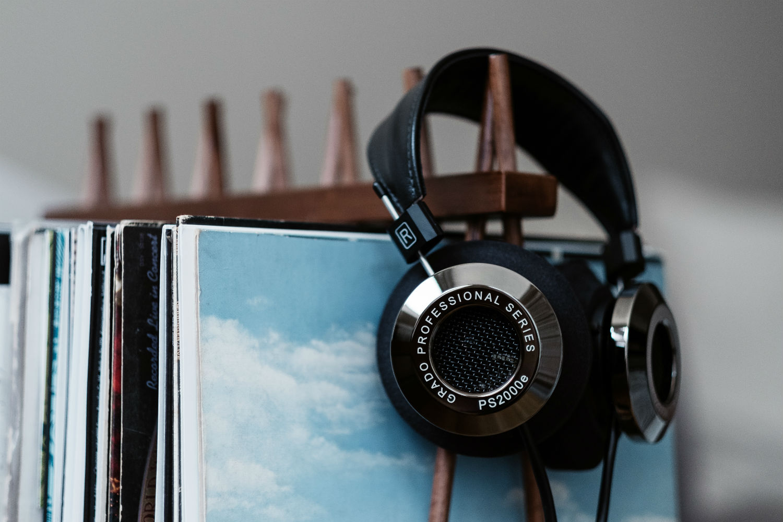 Grado-PS2000e-Headphones-with-Vinyl-Records-3.jpg