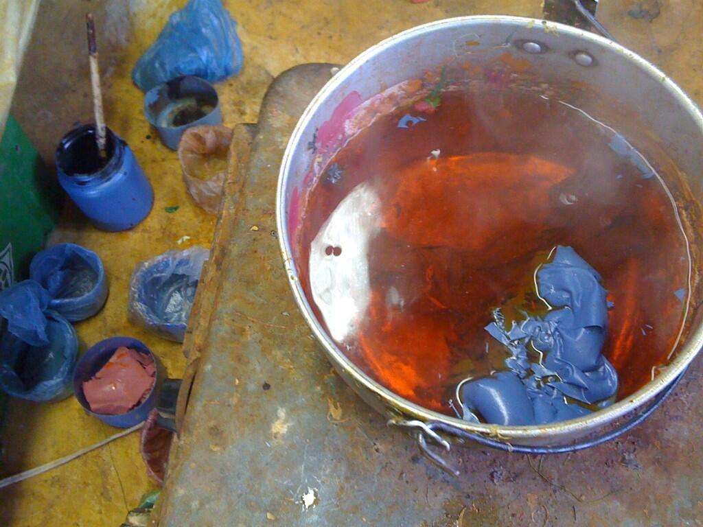 07 mopamopa_cocinando_resina_tinturada.jpg