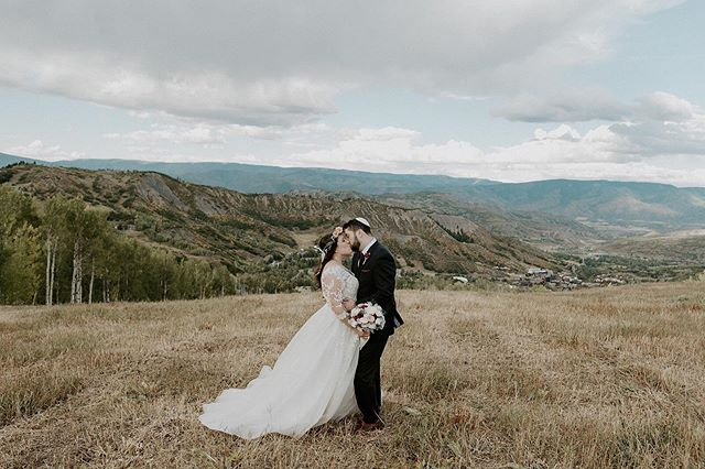 Not a bad place to elope 😍✨loved this day and love these kind souls so much. ❤️• • • • • • • • • • • • • • • • #aspenweddingphotographer #aspenwedding #aspenweddingvenue #aspenelopementphotographer #aspenelopement #coloradoelopement #coloradoelopementphotographer #coloradoweddingphotographer #coloradowedding #coloradomountainwedding #lynnbrittcabin