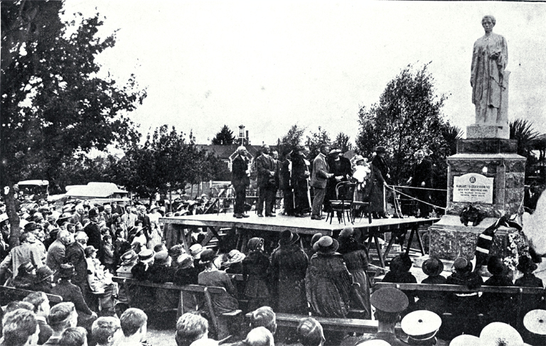 Cruickshank_memorial,_1923.jpg