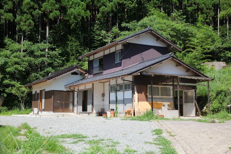 古民家利用者募集 - 西粟倉村内の古民家が入居者を募集をしています。内装はまだ未完成。あなたの事業、暮らしに合わせてリノベーションを行い、ご予算に合わせて賃貸で住むことができます。村で事業をする時の拠点候補としてご検討ください。詳細は物件ファンの記事をご覧ください。