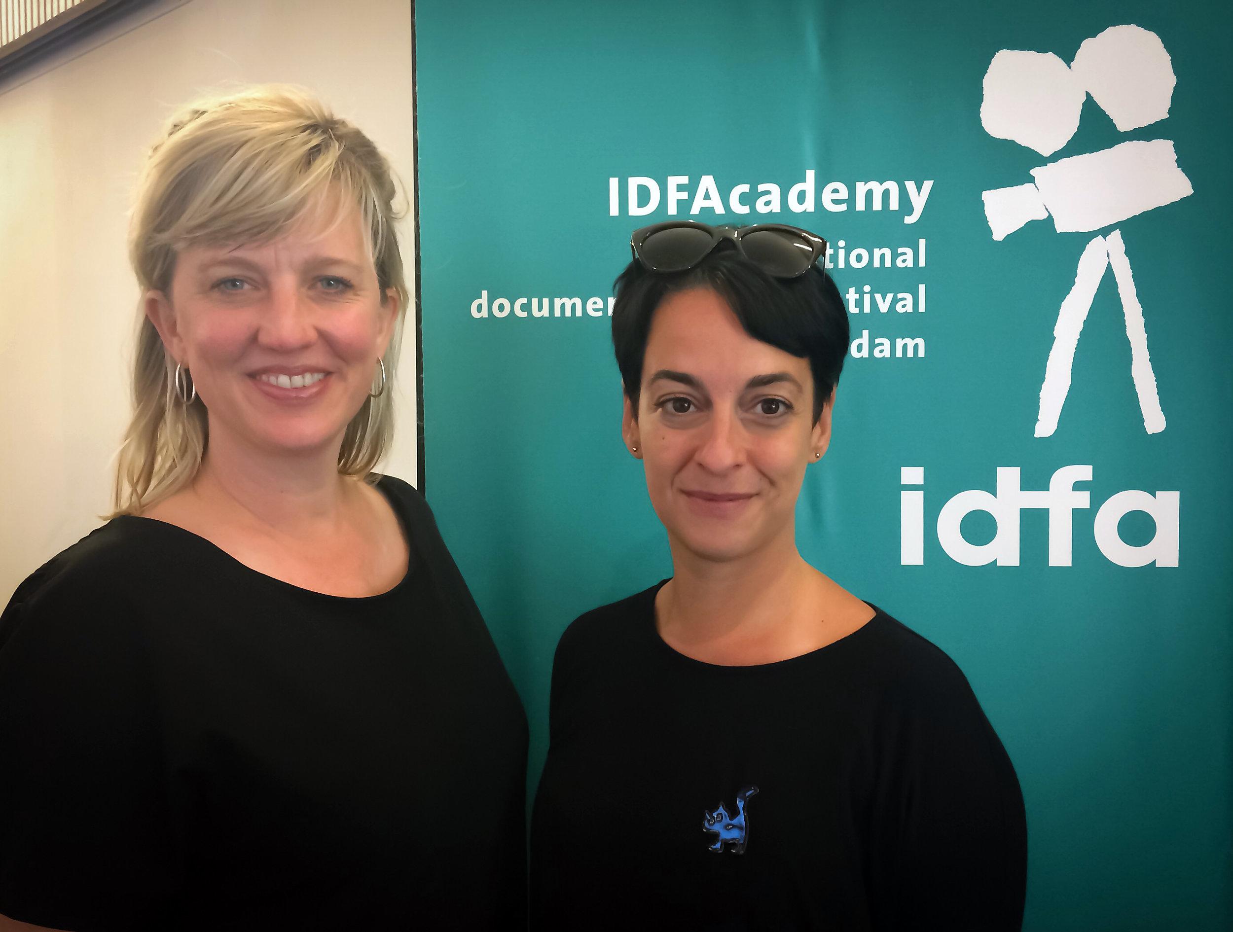 Meike Statema, Responsable del Departamento de Educación del IDFA ACADEMY, con la directora paraguaya, Arami Ullón, durante la edición 2018, en Amsterdam.
