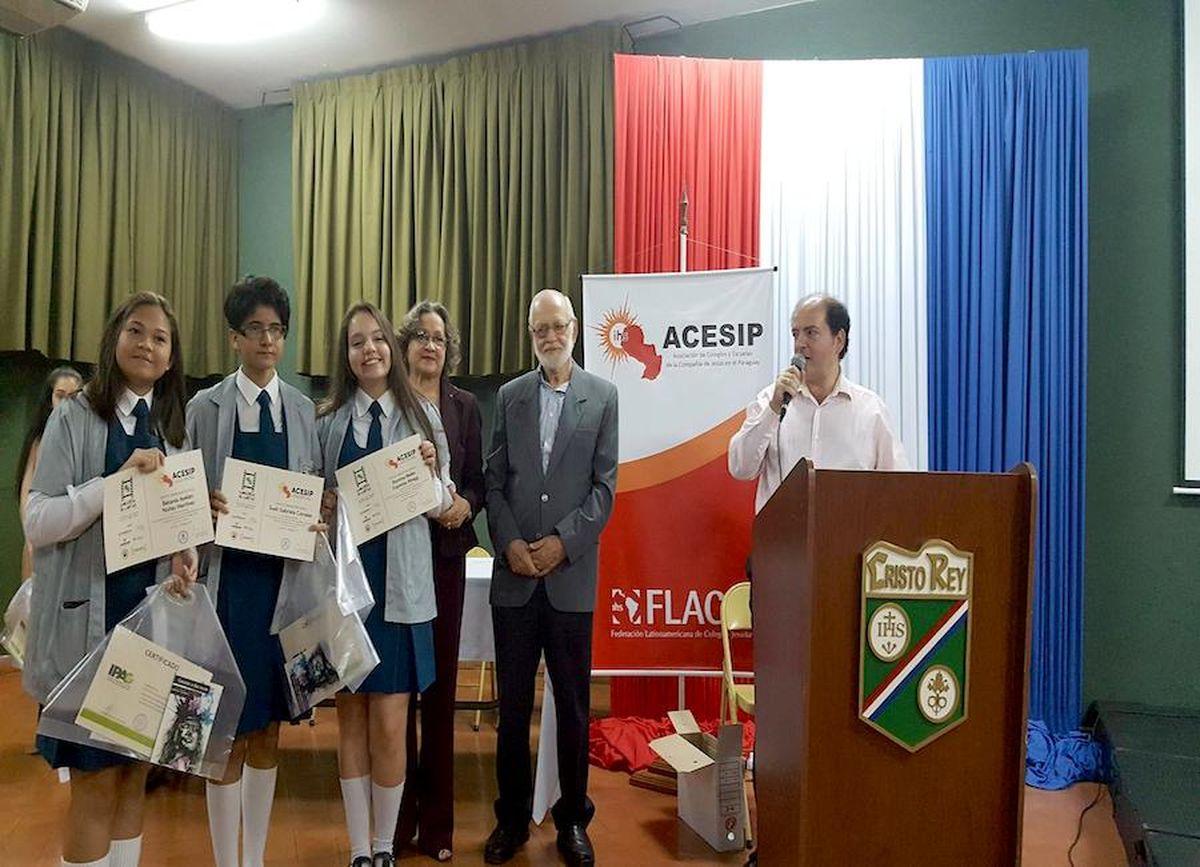 Humberto Pessolani (a la derecha, al micrófono), coordinador del concurso, durante la premiación del 2017.FOTO: GENTILEZA