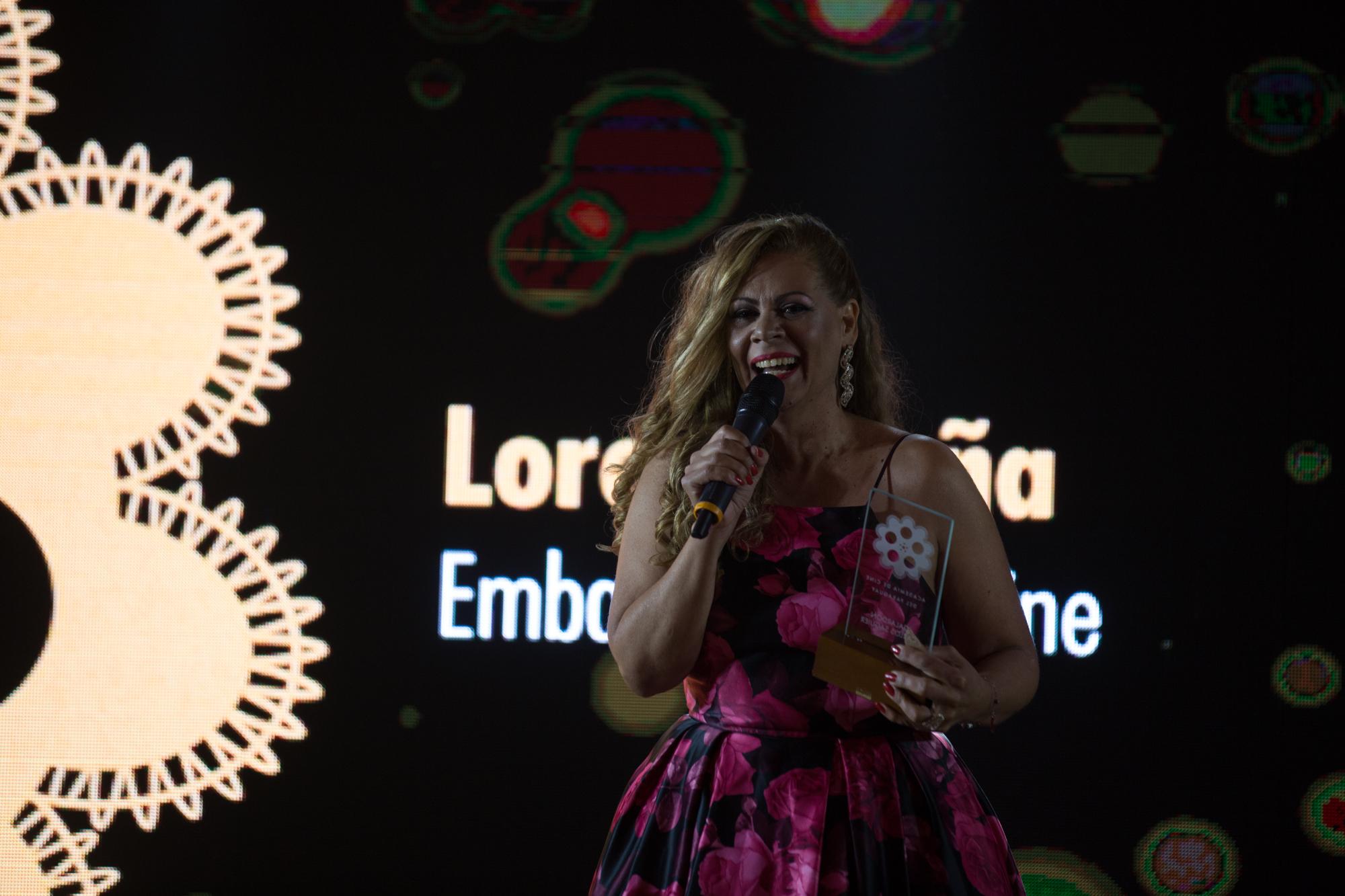 Loren Acuña durante su emotivo discurso.