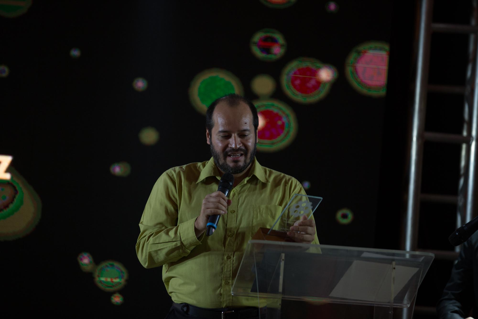 Carlos Gimenez, gran trabajador de la prensa, quien promociona el cine nacional de manera incansable recibió el galardón honorifico de este año.