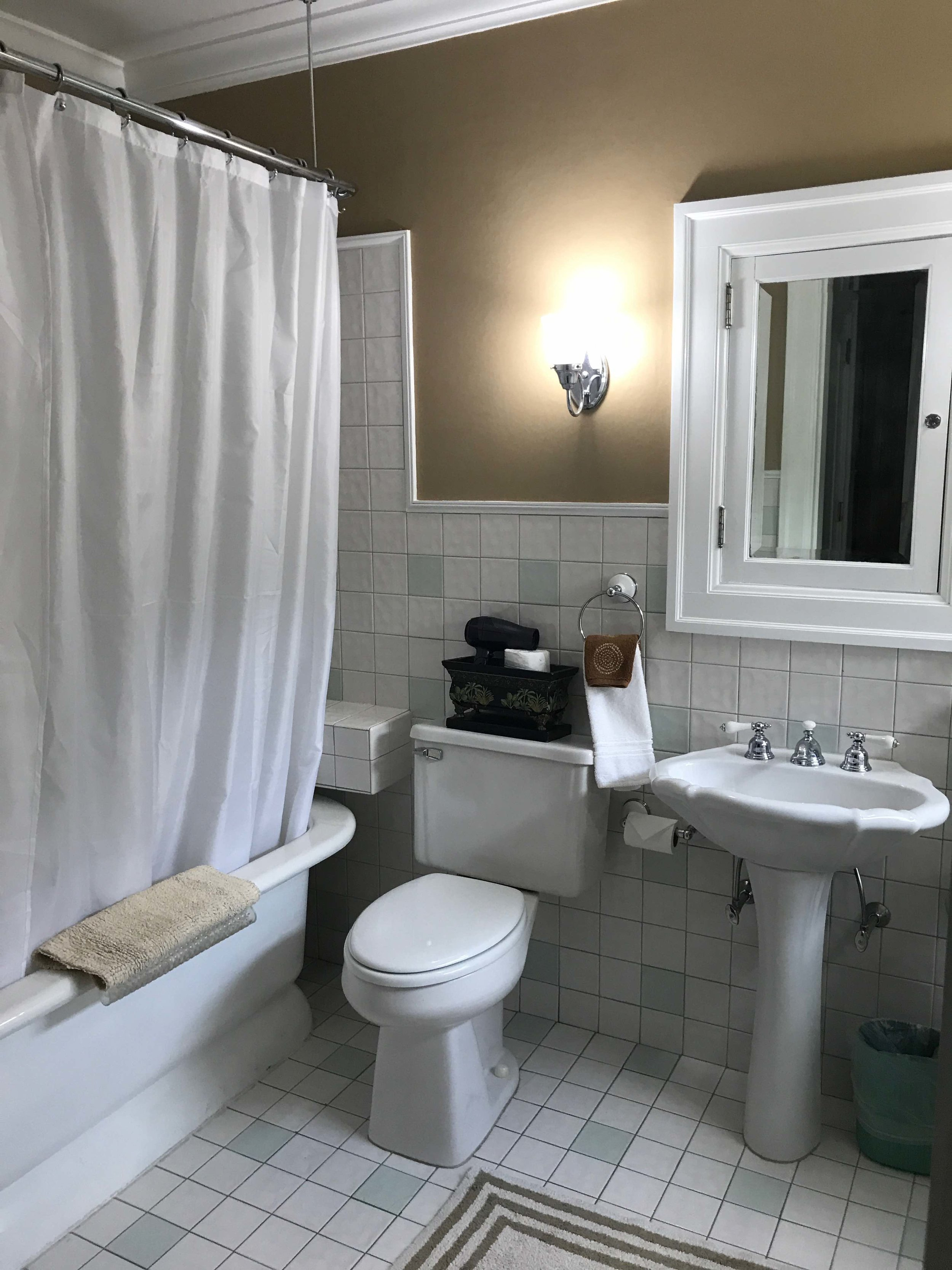Room 4 bathtub.jpg
