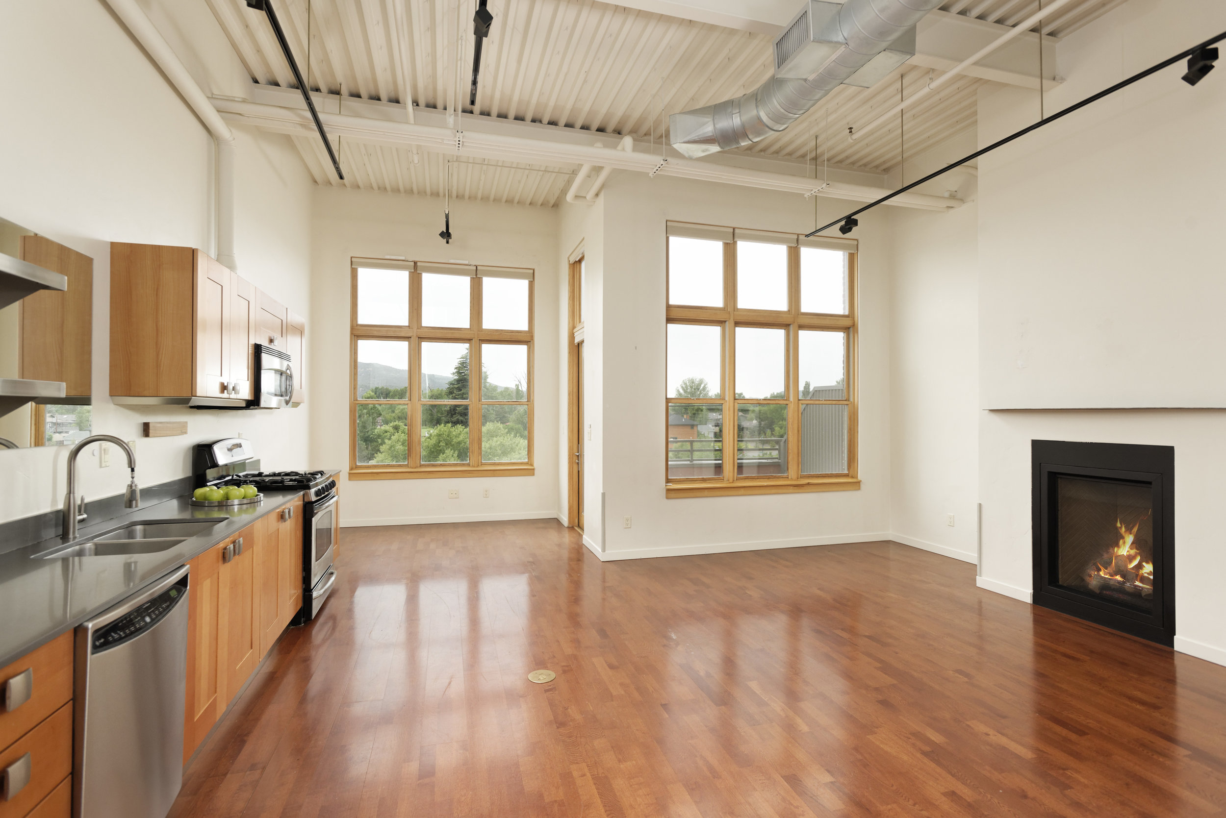 Triangle Park Loft #306 - Two bedroom, two bathroom loft located in the heart of Willits. Great mid-valley location. Close to shops, restaurants, grocery stores, biking trails, and more!