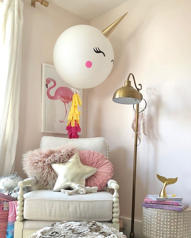 The birthday balloon is still going strong! 🦄 And it fits in quite nicely in Cozette's little wonderland. I cut out the carpet because you can't see it anyway. 😂👍🏼 @popparkcity