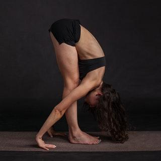 Stretchövningar som denna är bra om man vill bli ballerina. Mindre bra om man har ont i ryggen - eller om man inte vill ha ont i framtiden.