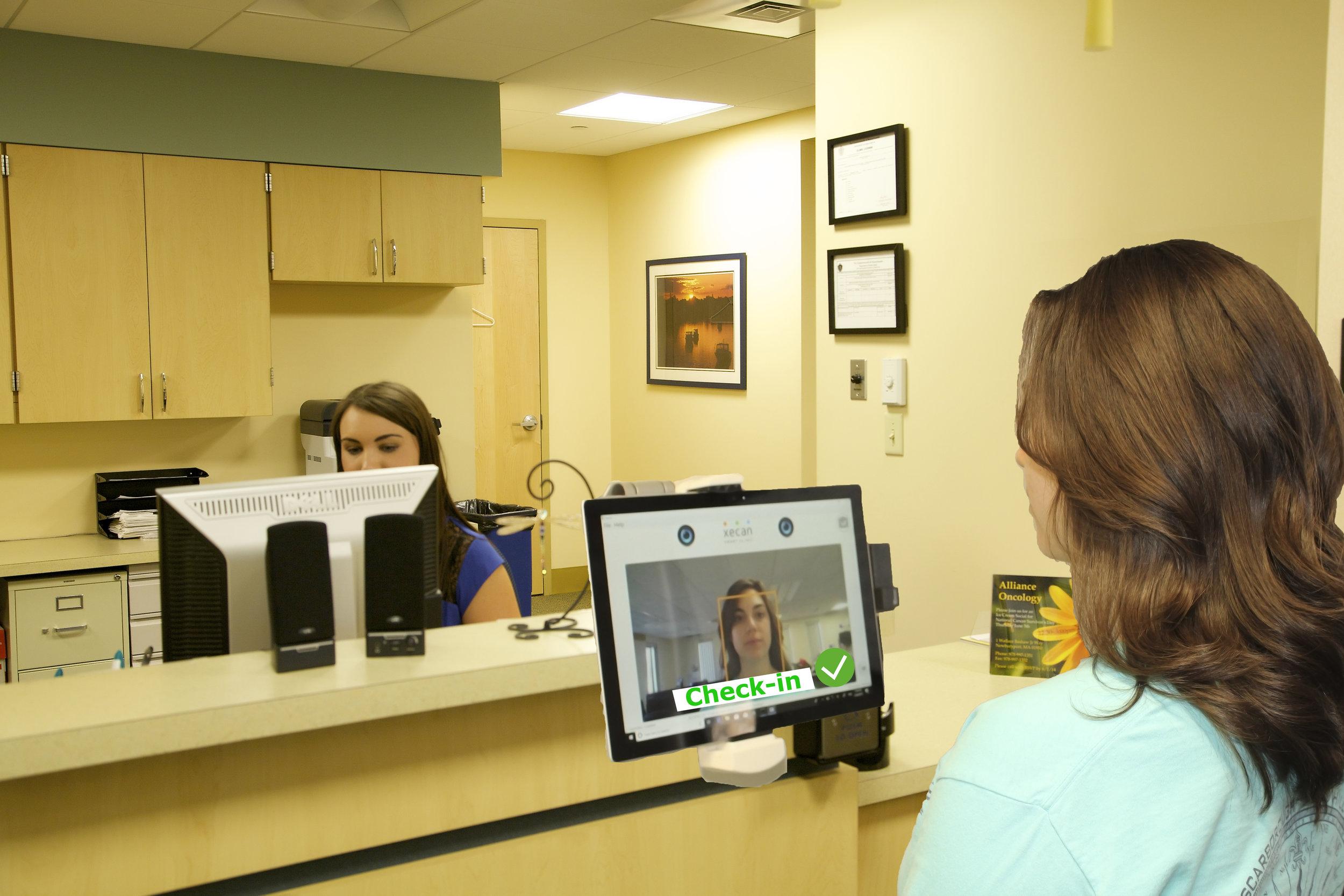 顔認証で迎えられ、順番待ちする患者