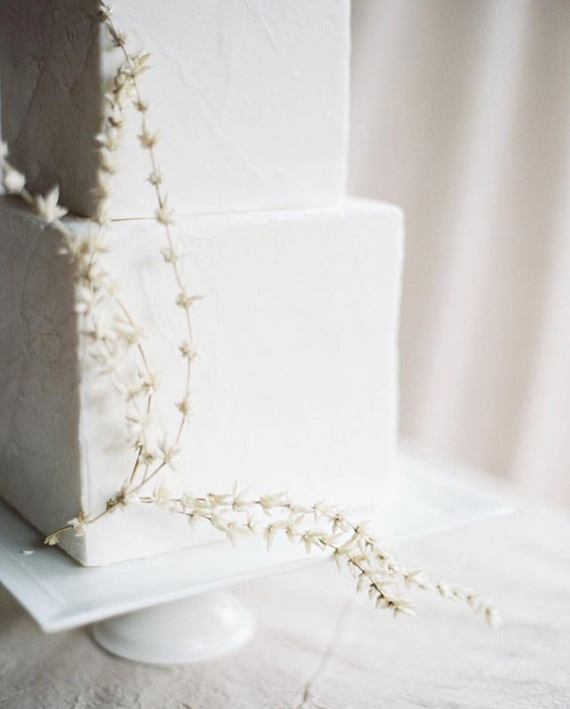 Brides-to-be, are you going for minimalist or embellished decor for your wedding? #lessismore 🙅♀️vs. #moreismore 🙋♀️