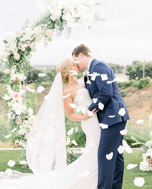 How magical is this shot of our #realbride Jacquelyn and her groom on their wedding day?! 💕See more in the link above. . . . #shirleyandaudrey #realbride #weddingday #weddingflowers #justmarried #brideandgroom #bride #bridalhair #bridalstyle #bridalwear #weddinginspiration