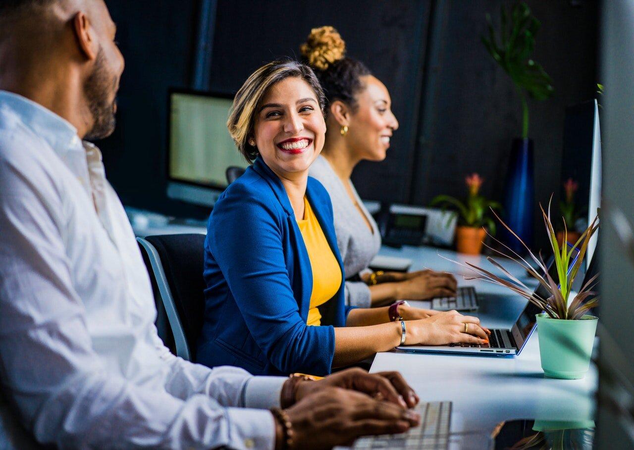 - Los miembros del equipo pueden sentirse satisfechos por la eficiencia de su trabajo y por el avance diario que logran ver en sus aptitudes y habilidades en favor de la empresa.