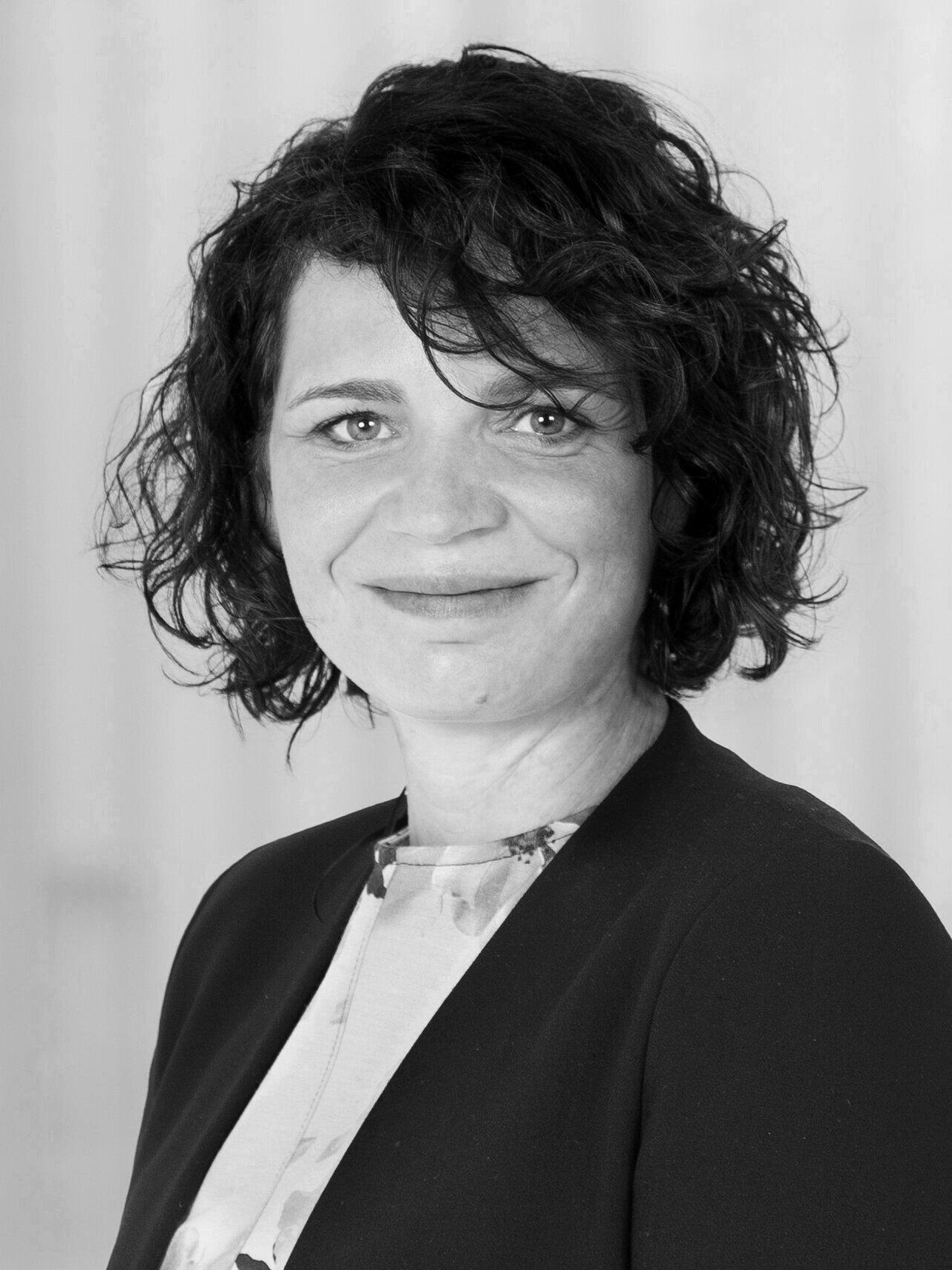 Geneviève Lefebvre - Geneviève Lefebvre assume au CRIQ le rôle de Gestionnaire d'initiatives Industrie 4.0. À ce titre, elle travaille notamment à l'élaboration de moyens novateurs pour accélérer le déploiement du concept d'usine du futur (industrie 4.0, intelligence artificielle) dans les entreprises et prend part également au positionnement et à l'enrichissement des expertises du CRIQ liées aux défis de la transformation numérique des industriels québécois. Par le passé, Mme Lefebvre a assumé au CEFRIO la direction de programmes tels que PME 2.0/PME 4.0 au CEFRIO qui a accompagné plus de 600 entreprises. Elle a ainsi développé un réseau et une expertise unique dans la conception et la réalisation d'approches d'accompagnement d'entreprises pour faciliter l'adoption technologique, intensifier l'usage du numérique et aussi innover sur le plan des façons de faire et des modèles d'affaires. Au cours des dernières années, Genevieve Lefebvre a été particulièrement active dans les domaines manufacturiers, notamment dans l'aérospatiale, et plus récemment, dans le secteur minier et les ressources naturelles en donnant une quarantaine de conférences et formations. Mme Lefebvre cumule plus de 15 années d'expérience en développement économique, notamment comme consultante chez Innovitech, et en recherche à la Chaire d'entrepreneuriat Roger-J.-A.-Bombardier aux HEC de Montréal.