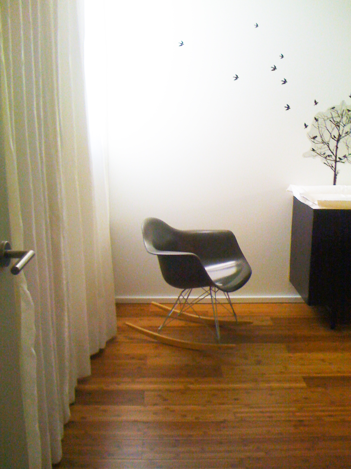 2415 BEDROOM EAMES SHELL CHAIR - OOMBRA ARCHITECTS ©