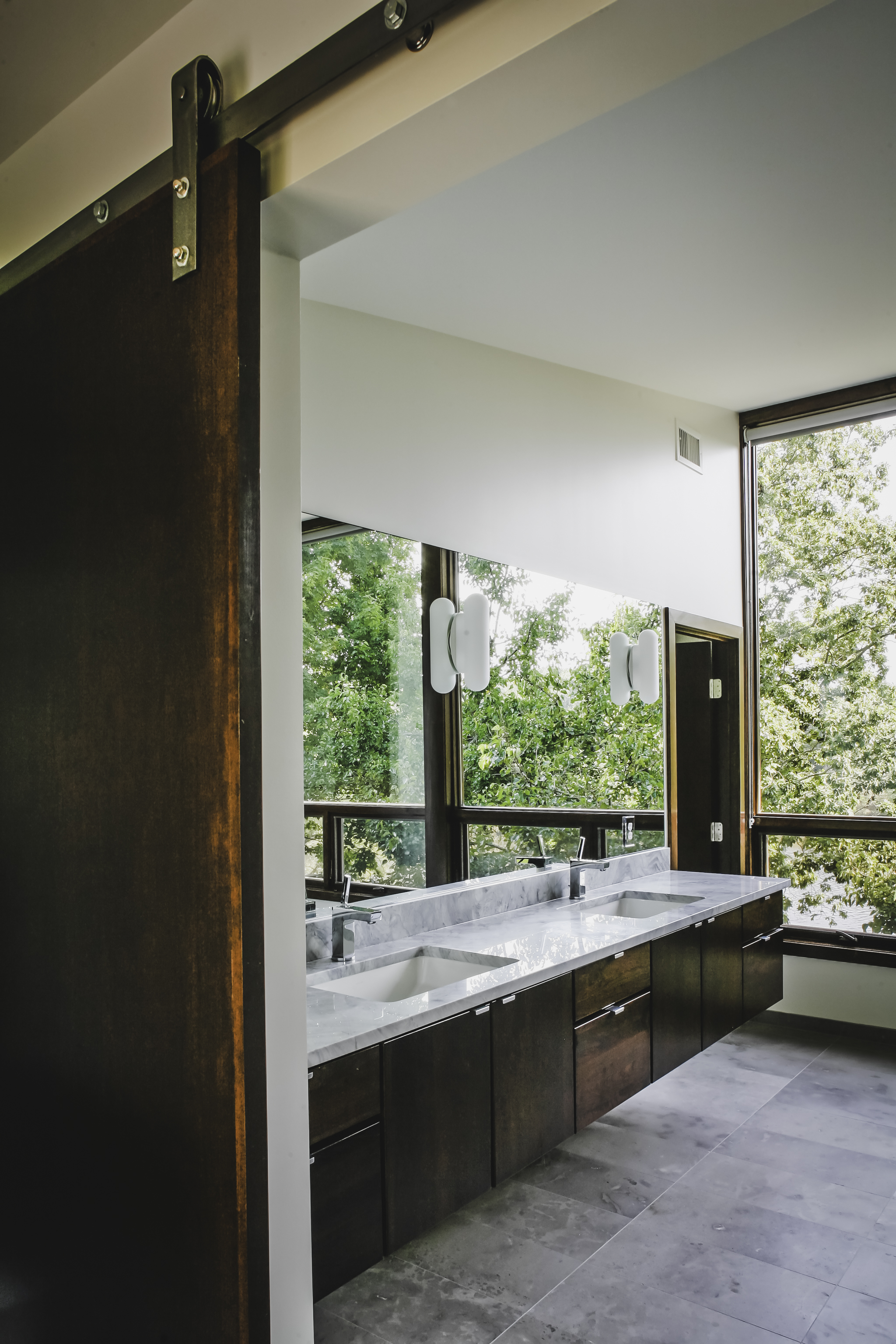 CARLSON RESIDENCE BATH DOOR - OOMBRA ARCHITECTS