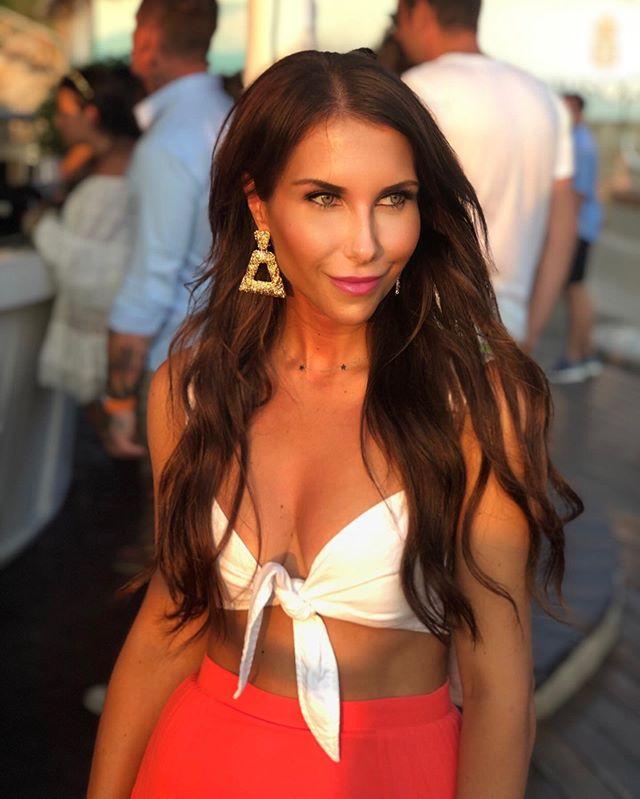 Golden hour at Phi Beach Club ☀️ #comingthrough . . . . . #sardinia #sunset #beachclub #beachvibes #travelphotography #portraitphotography #sunkissed #italy #europetravel #travels