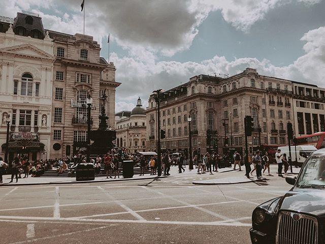 Love you, London Town 🇬🇧💕 . . . . . #summer #travelphotography #vacaymode #uk #londontown #europetravel #homeawayfromhome