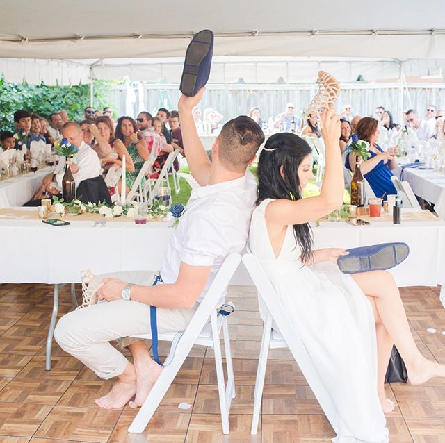 Weddings are full of traditions! Personally I like throwing in a game or two, where the guests can get involved and interact. ⠀⠀ What are some games you like to play at weddings? Are there any you don't like? ⠀⠀ Photo by @erikaealvarenga.photography