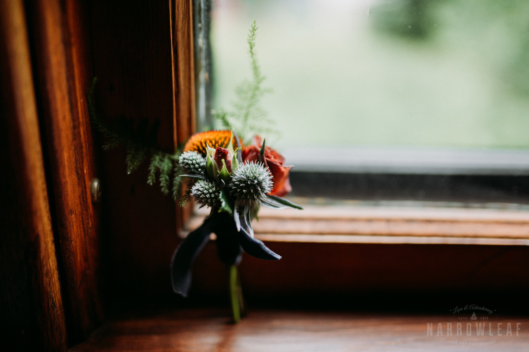 bayfield-wi-beach-wedding-groom-details-wild-flower-boutoniere.jpg