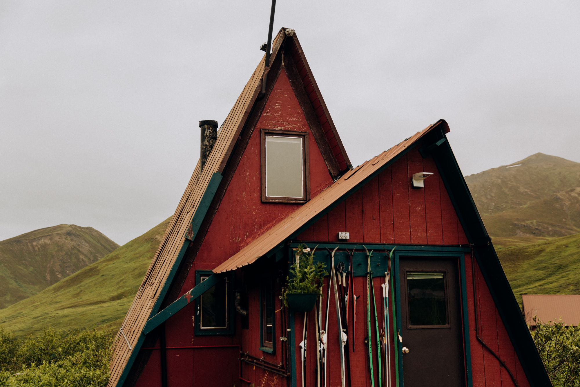 Alaska-hiking-hatcher-pass-Narrowleaf_Love_and_Adventure-elopement-Photography-24.jpg