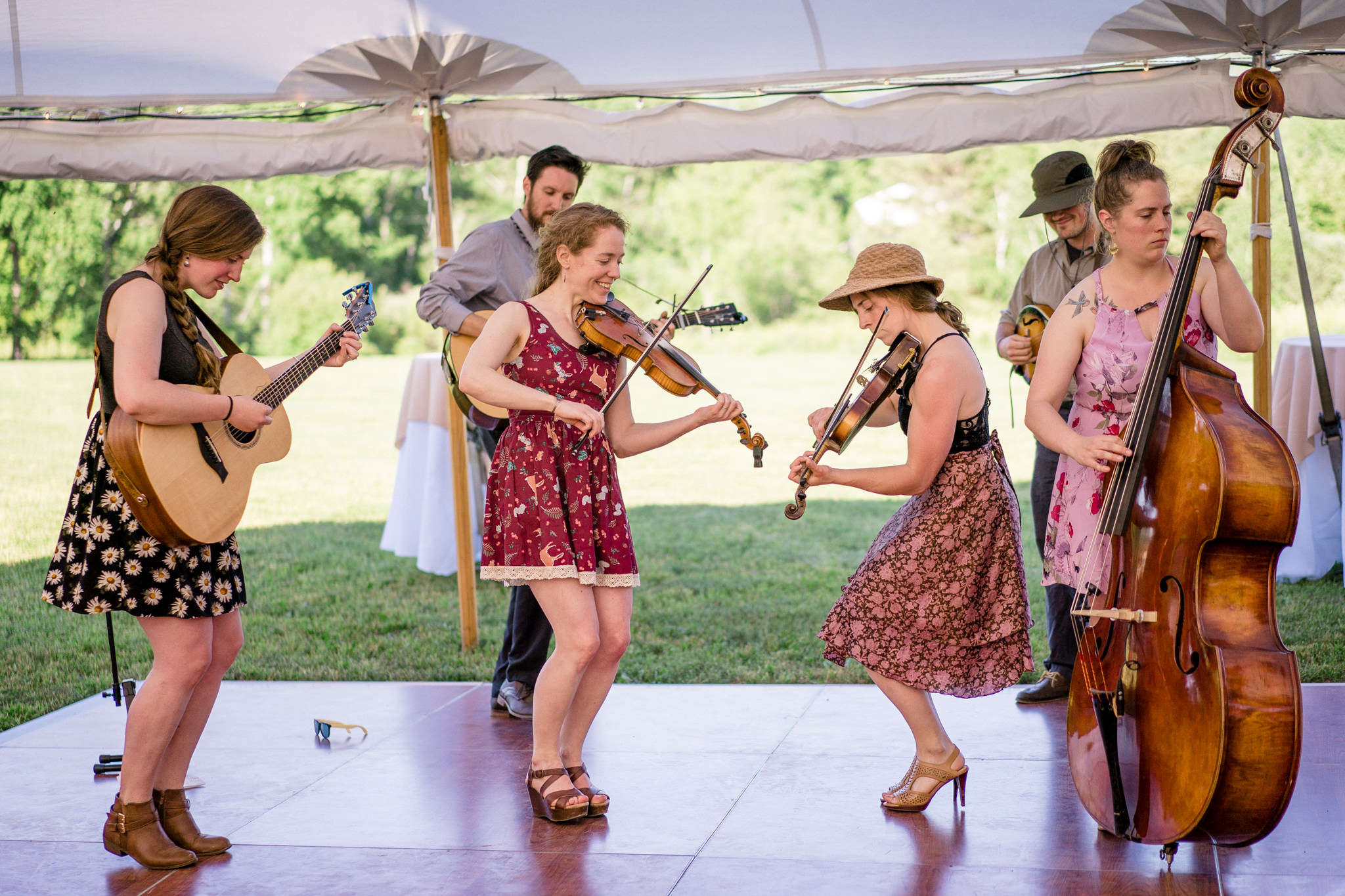 Green Sisters play acoustic at an outdoor wedding