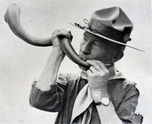 - 1er août 1907. Il est 8 h du matin quand sur l'île de Brownsea, en Angleterre, le son d'une corne de koudou retentit dans le silence. Lord Robert Stephenson Smyth Baden-Powell of Gilwell vient d'inaugurer le premier camp scout. À ce moment, une vingtaine de garçons constitue le groupe d'éclaireurs. Qui aurait pu deviner qu'au-delà de 100 ans plus tard, nous serions 40 millions de scouts à travers le monde!