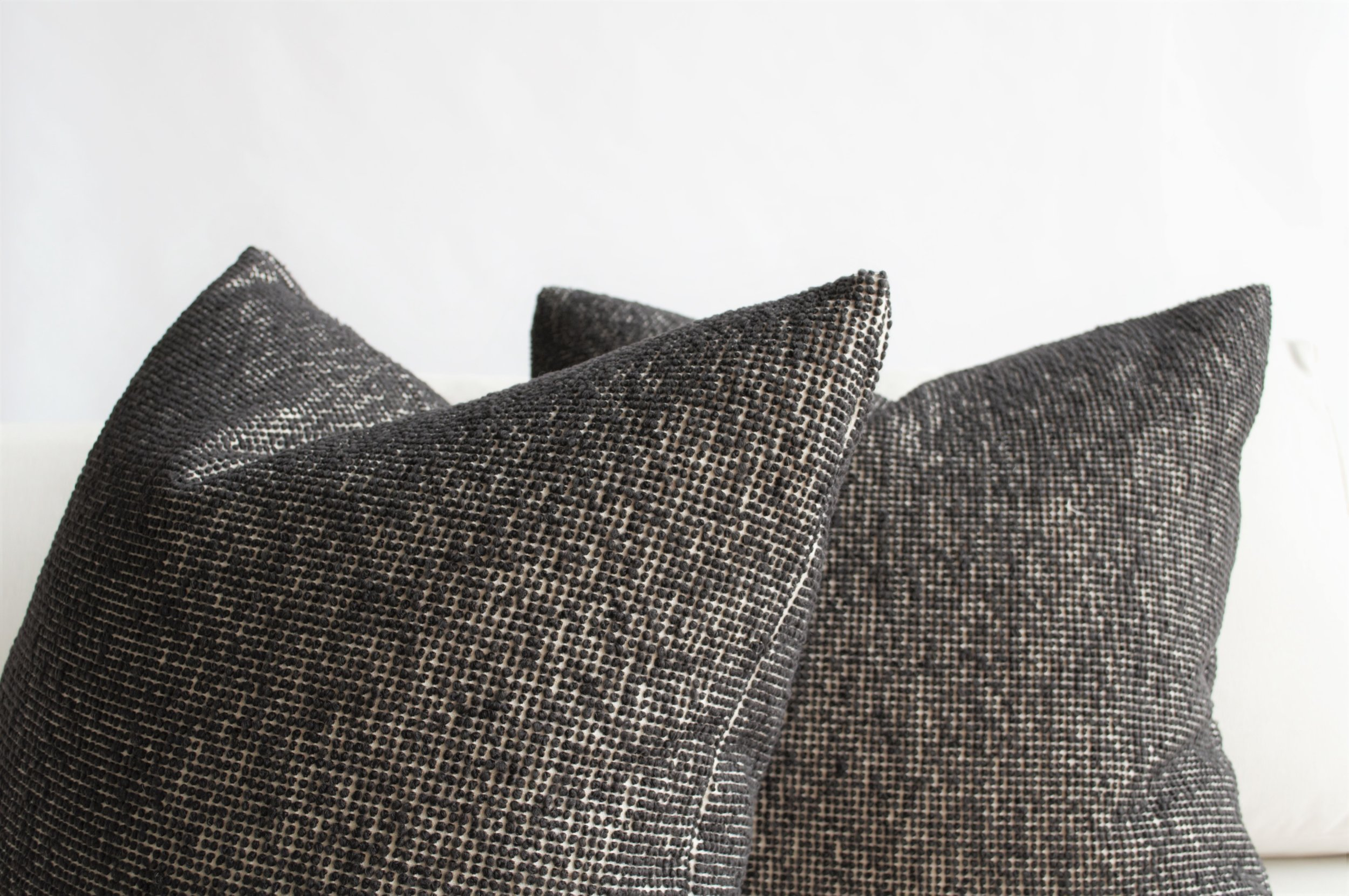 Knife edge Toss pillows, fabric: Myles by Larsen Fabrics.