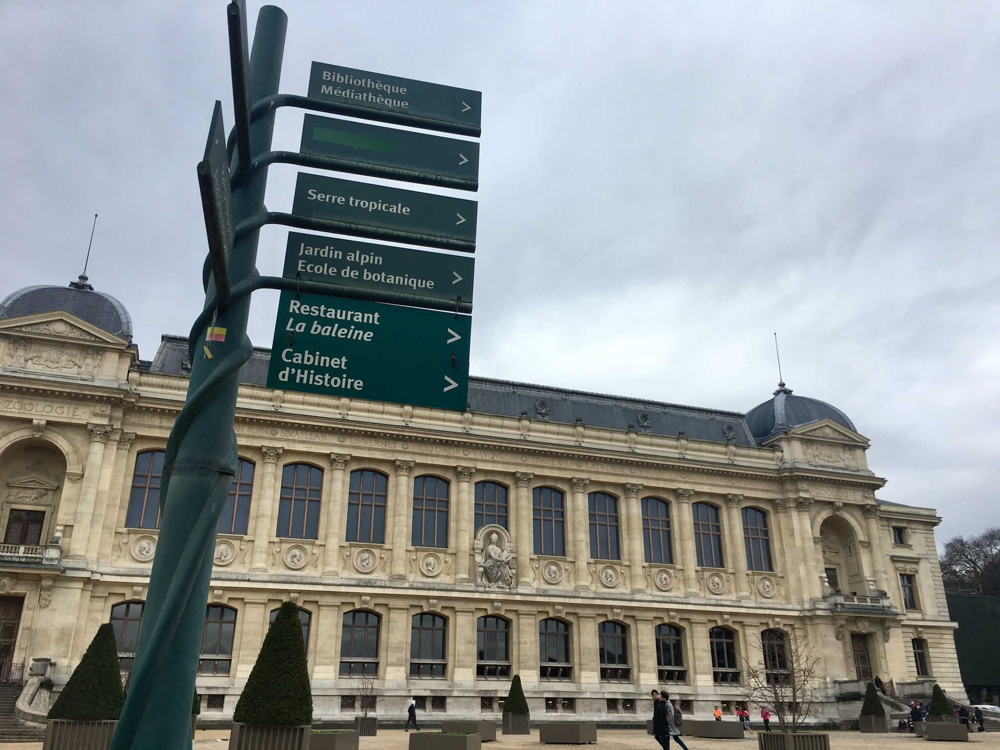 A sign in front of one of the Le Jardin des Plantes' many museum buildings.